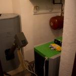 Kotelna (vlevo zásobník na peletky, nahoře elektrický kotel, dole kotel na peletky)